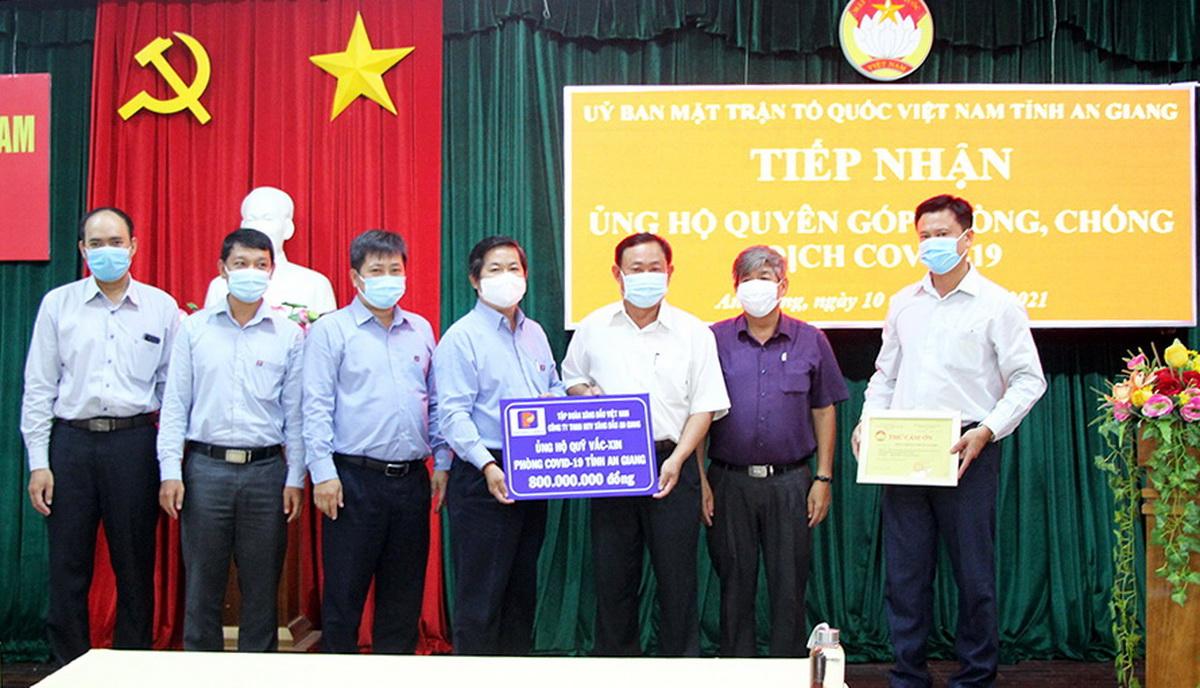 Công ty TNHH MTV Xăng dầu An Giang đóng góp quỹ Vaccine phòng COVID-19 tỉnh 800 triệu đồng