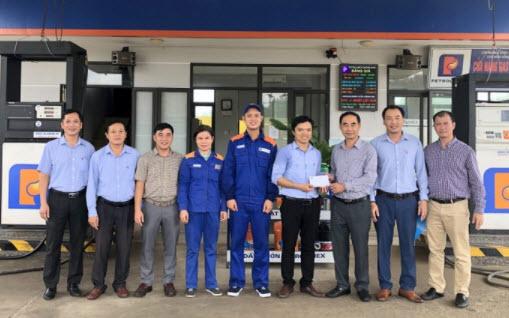 Công đoàn Petrolimex chia sẻ khó khăn cùng CHXD vùng lũ lụt