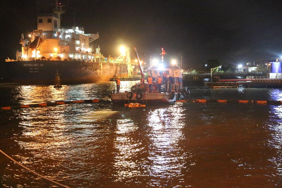 Diễn tập ứng cứu sự cố tràn dầu trong đêm