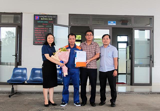 Anh Nguyễn Xuân Phát nhặt được của rơi trả lại người đánh mất tại CHXD 104